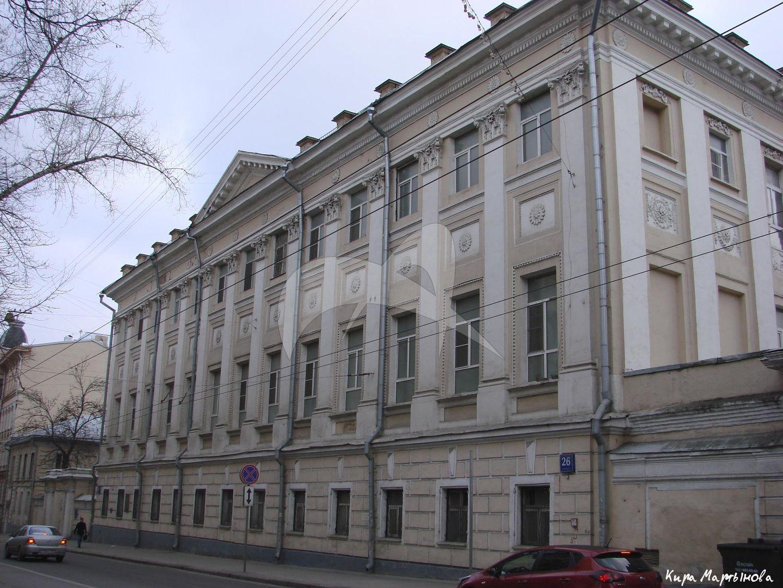 Дом Демидова, 1790 г., с двумя боковыми флигелями  (с 1873 г.- Басманная больница), служебный флигель, ограда и ворота
