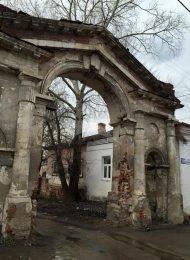 Ворота, Распятский монастырь