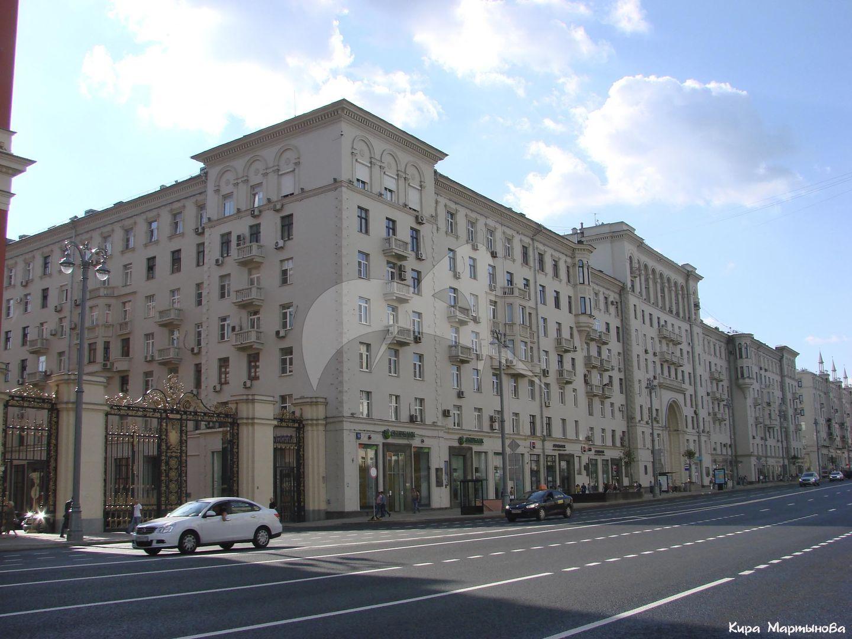 Жилой дом, 1939-1940 гг., арх. А.Г. Мордвинов. Здесь жили выдающиеся государственные деятели, военачальники, деятели науки и искусства