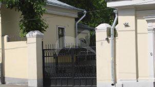 Ограда с пилонами ворот по ул. Радио, конец XIX в., арх. П.А. Дриттенпрейс, городская усадьба