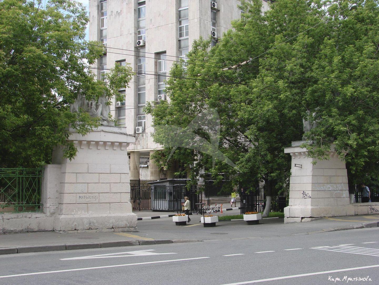 Два пилона ворот с двумя белокаменными скульптурными группами, арх. Д.И. Жилярди,  А.Г. Григорьев, ск. И.П. Витали