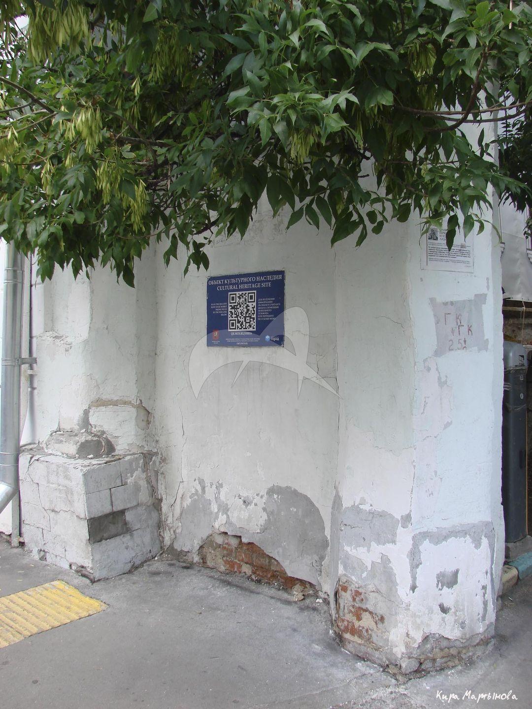 Пилоны ворот, конец XVIII в. — XIX в., дом причта Армянской церкви Воздвижения Креста