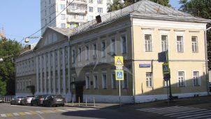 Главный дом, флигель, служебный корпус с палатами, XVII в.; ограда, начало XIX в., городская усадьба
