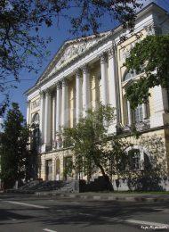 Главный корпус, расширен и закончен в 1797-1802 гг., арх. И.В. Еготов. Пристройка со стороны плаца, 1820 г., арх. С.П. Мельников, Первый военный госпиталь