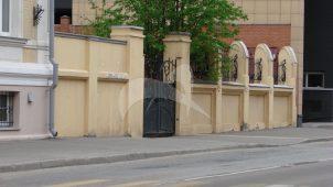 Ограда с воротами по Вадковскому пер. и Тихвинской ул., городская усадьба А.В. Маркина