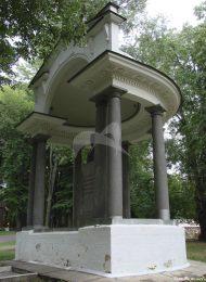 Памятник архитектуры XVIII в. (беседка)  (памятник Петру Первому), Екатерининский дворец