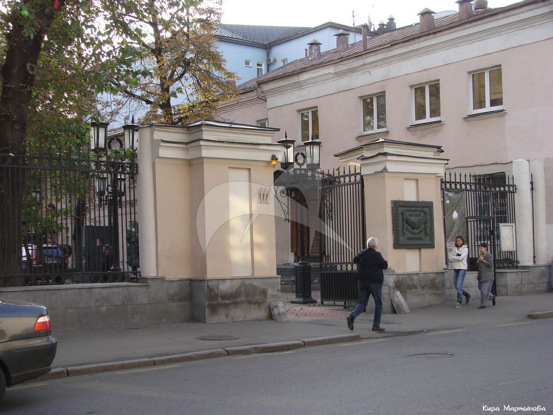 Ограда с пилонами ворот, середина XVIII в., 1790-е гг., арх. Казаков М.Ф., усадьба Губиных