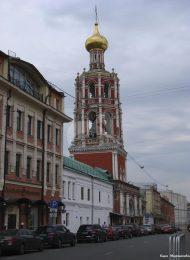 Колокольня с надвратной церковью, 1690 г., ансамбль Высоко-Петровского монастыря