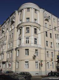 Доходный дом О.С. Петровской, 1912 гг., арх. Д.М. Челищев, надстроен в 1940-е гг. Здесь проживал архитектор Д.М. Челищев (№ 5), квартиру А.Р. Изрядновой (№ 14) в 1920-е гг. посещал поэт С.А. Есенин