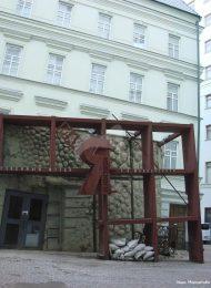 Здание, где находится рабочий кабинет Маяковского Владимира Владимировича. Здесь он умер в 1930 г. В доме — филиал библиотеки — музея В.В. Маяковского