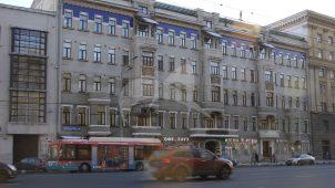 Дом, в котором с конца 1921 г. по 1924 г. жил писатель М.А. Булгаков (кв. 50; кв. 34). Здесь жили и работали художники А.В. Лентулов и П.П. Кончаловский, В.И. Суриков, строитель Днепрогэса А.В. Винтер и др.