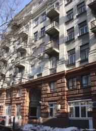 Жилой дом, 1937 г., арх. Ю.Ф. Дидерихс. Здесь в квартире № 62 в 1966-1998 гг. жил и работал композитор Г.В. Свиридов