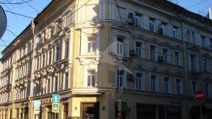 Квартиры, в которых в 1905-1953 гг. жил актер А.А.Остужев (кв.2). В 1900-1968 гг. здесь жил первый директор Книжной палаты РСФСР библиограф Б.С.Боднарский (кв.10)