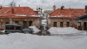 Кельи восточные и сохранившаяся часть монастырской ограды с башнями, XVII-XVIII, ансамбль Рождественского монастыря