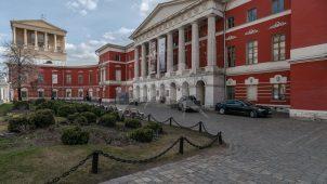 Дом (Английский клуб), конец XVIII в. — начало  XIX в., арх. А.А. Менелас и Д.И. Жилярди. Главный дом с двумя боковыми крыльями, ограда и двое ворот