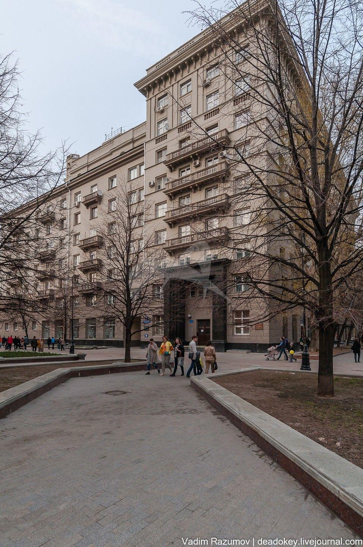 Жилой дом советских писателей, 1935-1937 гг., 1948 г., арх. И.Н. Николаев. Здесь в разные годы проживали выдающиеся писатели, ученые и государственные деятели