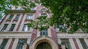 Доходный дом, 1914 г.,1940-е гг., арх. В.В. Шервуд.  Здесь в 1915-1922 гг. в квартире № 7 жил и работал писатель И.С. Шмелев.