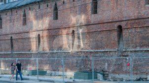 Стена Китай-города с нижней частью Варваринской башни, 1534-1538 гг.