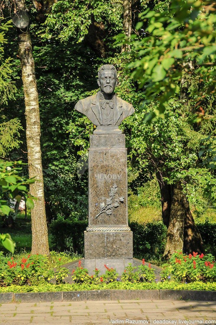 Бюст А.П.Чехова, ск. Г.И. Мотовилов, арх. Л.М. Поляков, бронза, гранит, 1951 г.