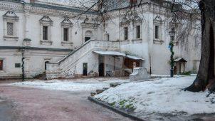Одностолпная трапезная палата, 1504-1506 гг., с церковью Михаила Архангела, 1691 г., с усыпальницей бояр Лопухиных, Андронников монастырь