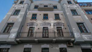 Жилой дом, 1908 г., арх. П.А. Ушаков. Здесь в кв.18 в 1920-е гг. жили актеры — братья И.М. Москвин и М.М. Москвин. В эти годы их посещал артист Б.В. Щукин