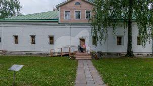 Здание бывшей больничных палат Новодевичьего монастыря, в которых с 1939 по 1984 г. жил выдающийся архитектор-реставратор П.Д. Барановский, ансамбль Новодевичьего монастыря
