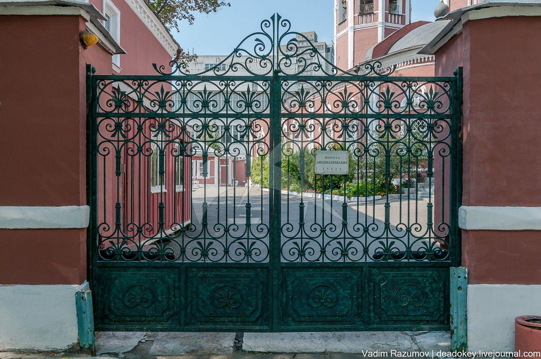 Ограда с воротами, конец XIX в., арх. А.С. Каминский, ансамбль церкви Ризоположения