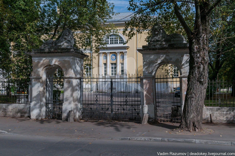 Ограда с воротами на втором дворе, начало XIX в., арх. Д.И. Жилярди, ансамбль Павловской больницы
