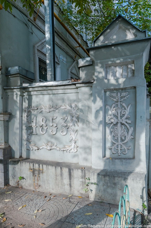Ограда с пилоном ворот, 1880-е гг., арх. Н.П. Краснов, городская усадьба Скворцовых