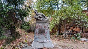 Памятник герою революции 1905 г. — машинисту А.В.Ухтомскому, 1961 г., скульптор Дворжецкая С.М.; сплав металлов, кирпич, цемент