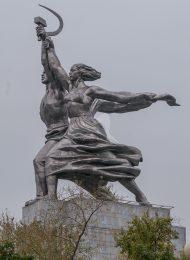 Скульптура «Рабочий и колхозница», 1938 г., ск. В.И. Мухина , арх. Б.М. Иофан, нержавеющая хромоникелевая сталь