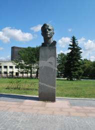 Бюст Ю.А. Гагарина, 1967 г., ск. Л.Е. Кербель, арх. А.Н. Колчин, М.О. Барщ, бронза, гранит