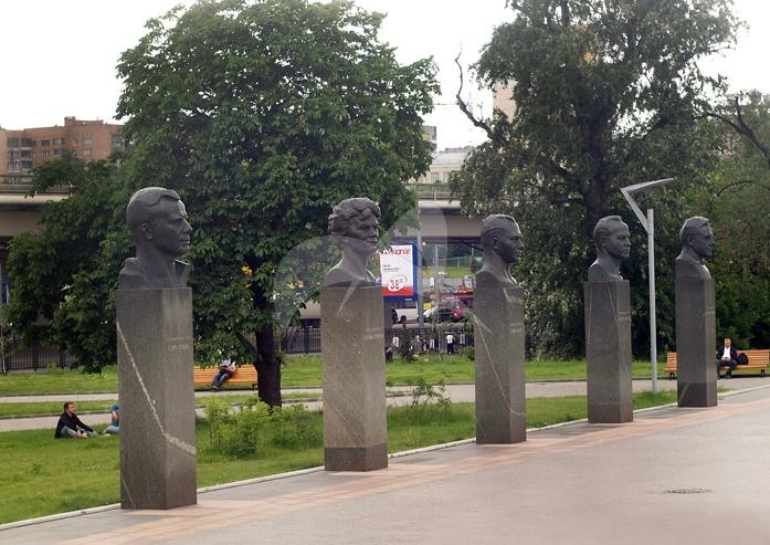 Бюст В. Комарова, 1967 г., ск. П.И. Бондаренко, арх. А.Н. Колчин, М.О. Барщ, бронза, гранит