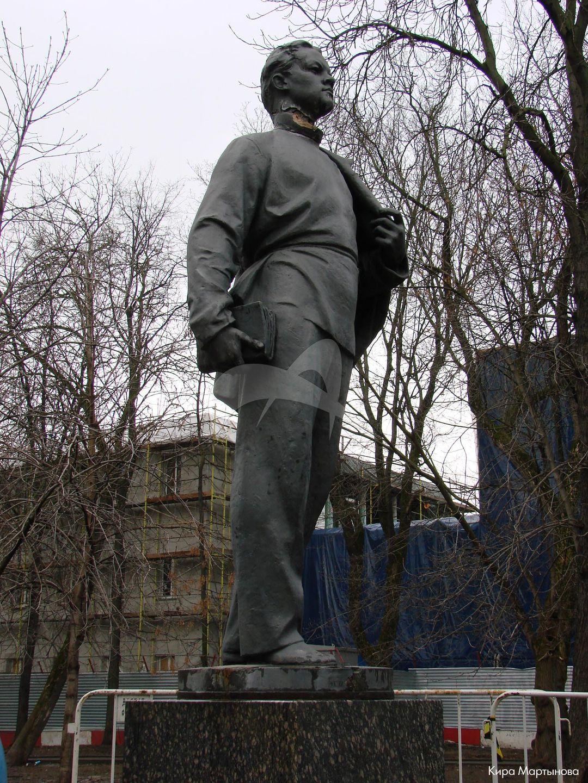 Памятник Ленину-гимназисту, 1970 г., ск. В.Е. Цигаль, арх. Н.И. Скокан, бронза, гранит