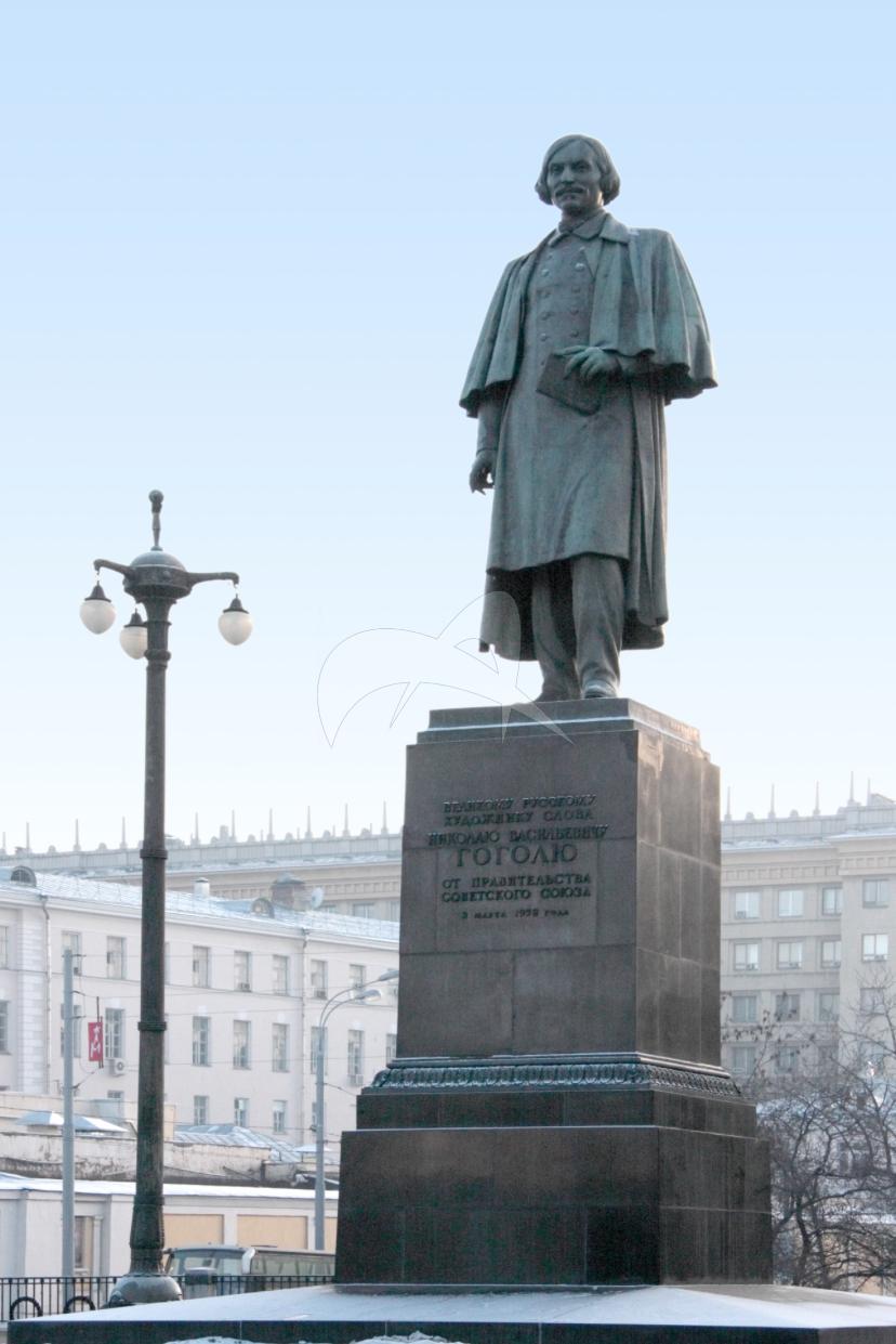 Памятник Н.В. Гоголю, 1952 г., ск. Н.В. Томский, арх. Л.Г. Голубовский, бронза, гранит