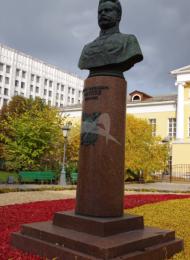 Памятник М.В. Фрунзе, 1959 г., арх. Г.И. Гаврилов, Е.И. Кутырев, бронза, гранит
