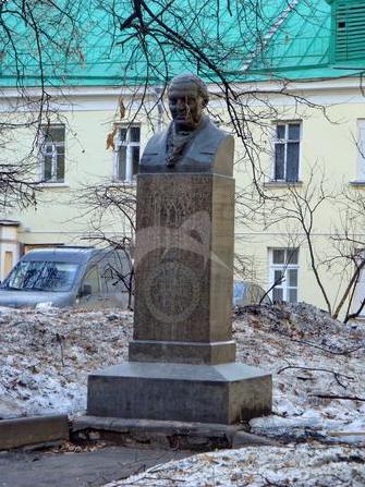 Памятник Ф.П. Гааз, 1909 г., ск. Н.А. Андреев, гранит, бетон, чугун