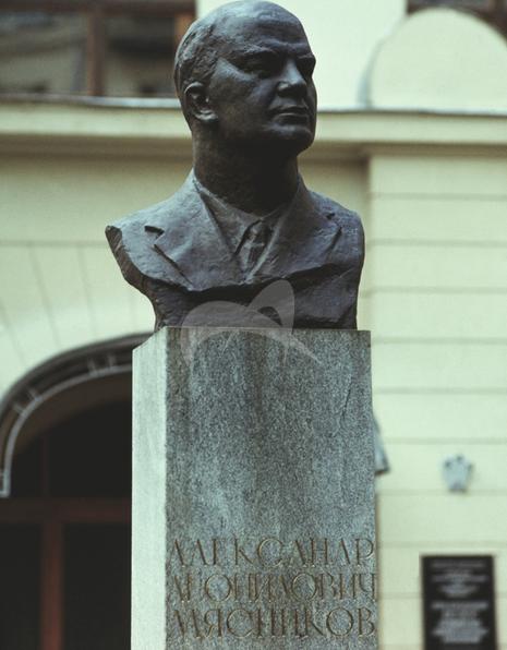 Памятник А.Л. Мясникову, 1973 г., ск. М.П. Оленин, арх. В.В. Калинин, бронза, гранит