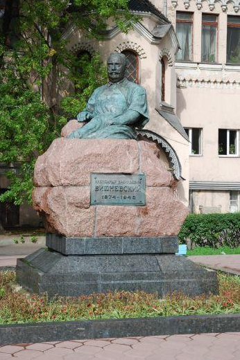 Памятник А.В. Вишневскому, 1951 г., ск. С.Т. Коненков, арх. В.Е. Шалашов, бронза, гранит