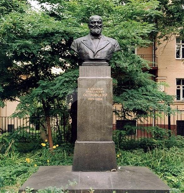 Памятник А.Н. Островскому, 1954 г., ск. Г.И. Мотовилов, арх. Л.М. Поляков, бронза, гранит