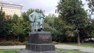 Памятник А.Н. Толстому, 1957 г., ск. Г.И. Мотовилов, арх. Л.М. Поляков, бронза, гранит