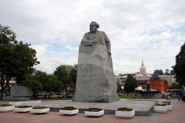 Памятник Карлу Марксу, 1961 г., ск. Л.Е. Кербель, арх. Р.А. Багунц, Н.А. Ковальчук, В.М. Маргулис, гранит