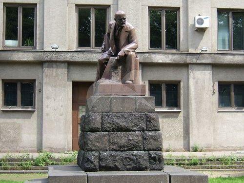 Памятник В.И. Ленину, 1940 г., ск. С.Д. Меркуров, арх. И.А. Француз, гранит