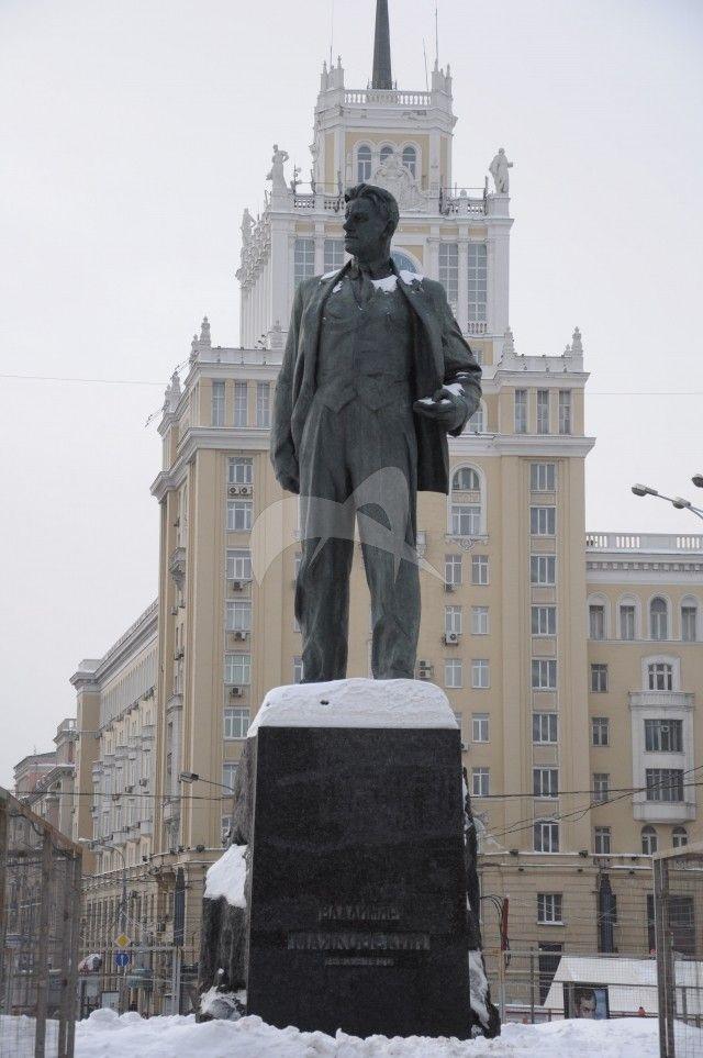 Памятник В.В. Маяковскому, 1958 г., ск. А.П. Кибальников, арх. Д.Н. Чечулин, бронза. Гранит