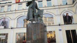 Памятник «Первопечатнику Ивану Федорову», 1909 г., ск. С.М. Волнухин, арх. И.П. Машков, бронза, лабрадорит