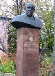 Памятник Ф.Н. Петрову, 1977 г., ск. Б.В. Едунов, арх. М.Д. Насекин, бронза, гранит