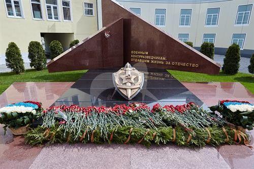 Памятник военным контрразведчикам, 1985 г. (реконструкция 2005 г.), ск. В.Н. Ржевский, бронза, гранит