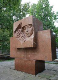Памятник воинам-медикам, 1972 г., ск. Л.Е. Кербель, арх. Б.И. Тхор, гранит