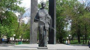 Памятник Н.К. Крупской, 1976 г., ск. Е.Ф. и А.М. Белашовы, арх. В. Воскресенский, бронза, гранит