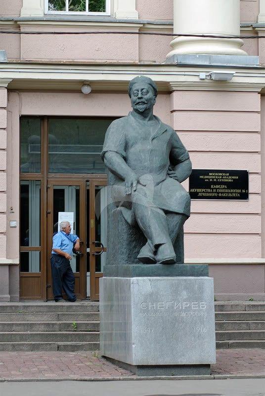 Памятник В.Ф. Снегиреву, 1967 г., ск. С.Т. Коненков, А.Д. Козачек, арх. Е.Н. Стамо, бронза, гранит